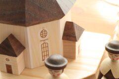 教会の窓枠に白いラインのひと手間